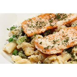 Паста с лососем, зеленой фасолью и зеленым горошком